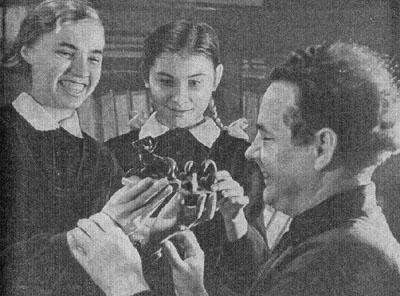 А. И. Мещеряков разговаривает со своими воспитанницами